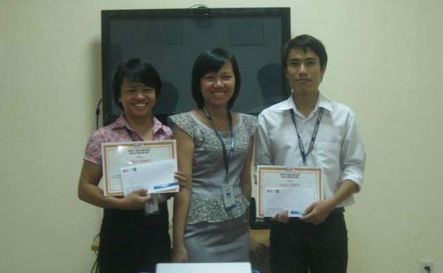 Chị Hà Thị Đan Phượng (ở giữa) - Giám đốc chi nhánh Đà Nẵng, trao giải cho 2 bạn Phạm Thùy Giang (bên trái) và bạn Đặng Thành Nam (bên phải)