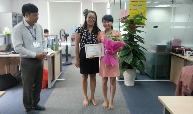 Ang Nguyễn Phương Hà - Giám đốc kỹ thuật IT - Chủ tịch quỹ cải tiến sáng kiến, chị Trần Thị Việt Hòa (bên trái) - Giám đốc nhân sự trao giải thưởng và bằng khen cho bạn Hoàng Huệ Linh